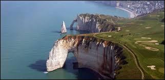 C'est dans le département du Calvados que s'élèvent les falaises d'Etretat.