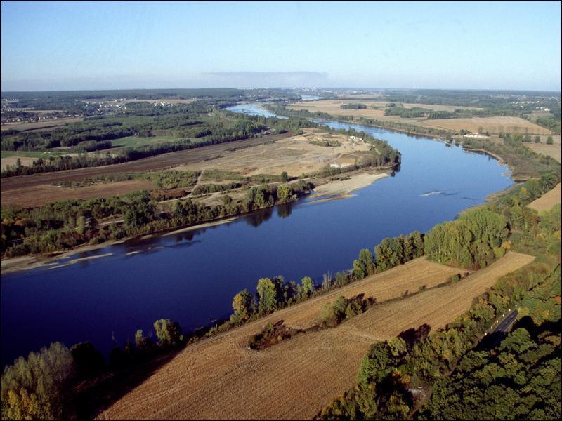 La Loire est le plus long fleuve s'écoulant entièrement sur le territoire français.