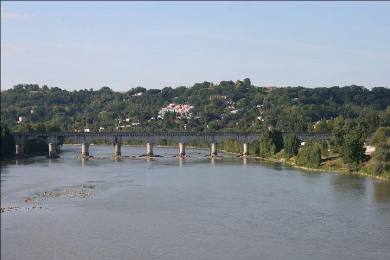 Agen, la préfecture du Lot-et-Garonne, se trouve sur les rives de la Garonne.