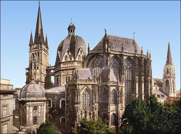 Cette ville a été la capitale de l'empire carolingien et le lieu de résidence de Charlemagne. C'est :