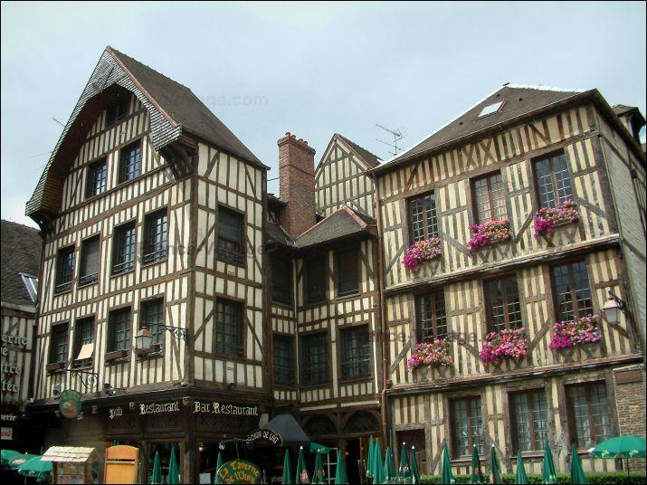 Cette ville a été le siège du gouvernement royal pendant la guerre de 100 ans, de 1419 à 1425. C'est :