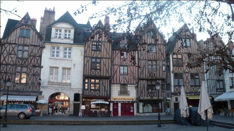 A l'issue de la Journée des barricades (1588), le roi Henri III chassé de Paris fit de cette ville sa capitale, et ce jusqu'en 1594. C'est :