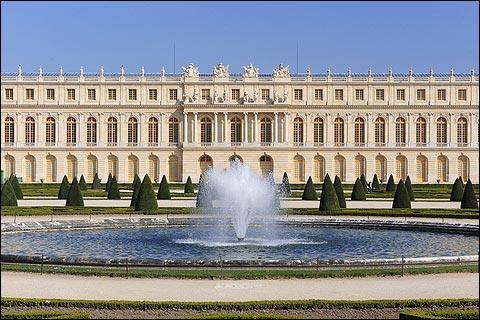 Versailles a été également capitale de la France pendant quelques années lors de...