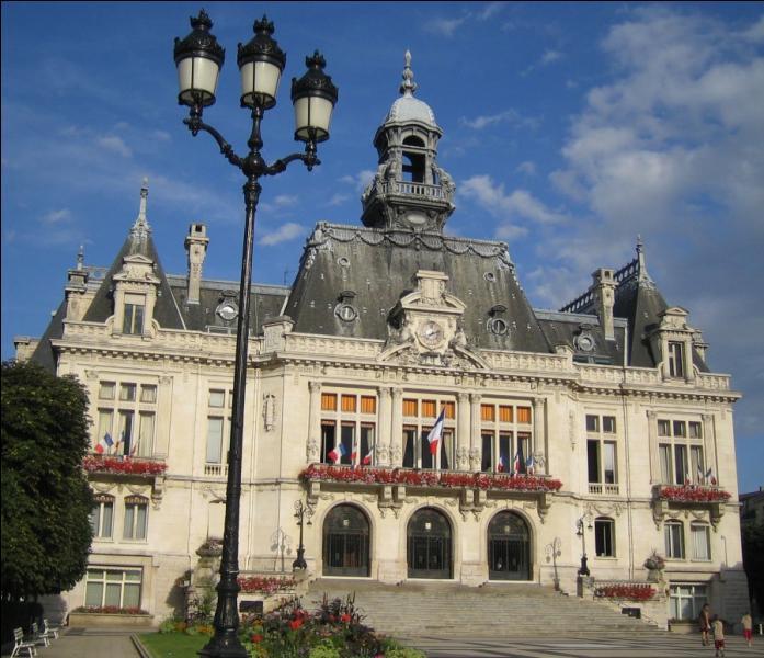 Elle a été le siège du gouvernement de l'Etat français durant la Seconde Guerre mondiale. C'est :