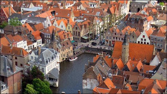 """Bruges est surnommée """"la Venise du Nord""""."""