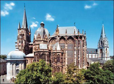 (Histoire) Dans quelle ville d'Allemagne les empereurs germaniques ont-ils été couronnés durant près de 600 ans ?