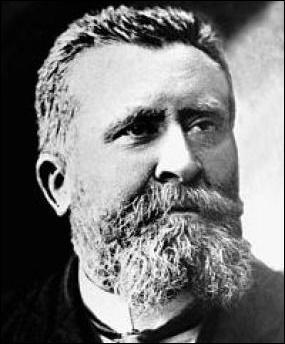 (Histoire) Connu pour ses positions pacifiques, Jean Jaurès est assassiné le 31 juillet 1914. Que faisait-il juste avant d'être tué ?