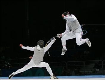 (Sport) Quelle est la langue utilisée pour arbitrer les duels d'escrime lors des rencontres internationales, comme celles des Jeux olympiques ?