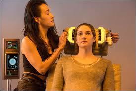 En se réveillant de son hallucination, Tori, la femme qui a fait passer son test à Béatrice, lui avoue que le test n'a pas fonctionné sur elle et qu'elle est ... ?