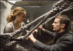 Béatrice choisira les audacieux. Plus tard, quand Eric, un de ses chefs, demande un volontaire pour sauter, Béatrice se propose. Arrivée en bas, elle rencontre Quatre. Quelle est la première chose qu'il lui demande ?