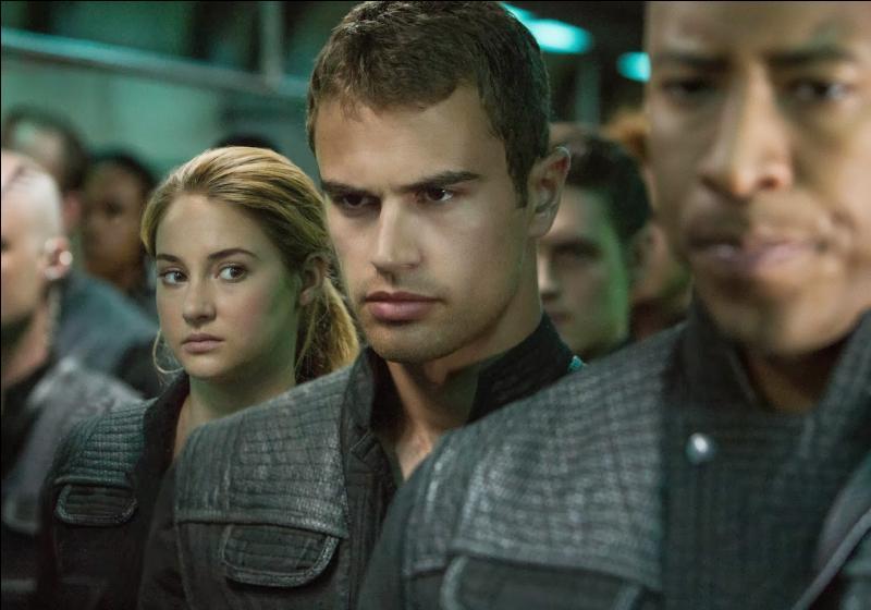En pleine nuit, Tris se rend compte que tous les audacieux sont contrôlés par leur transmetteurs et que seuls les divergents ne le sont pas. Tout en imitant tout le monde pour ne pas se faire repérer, elle cherche Quatre. Est-il lui aussi contrôlé par son transmetteur ?