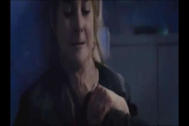 Les érudits vont malheureusement découvrir la divergence de Tris et Quatre. Comme Tris est blessée, la dirigeante des érudits ordonne qu'on la tue mais ils emmènent Quatre avec eux. Quand Tris le retrouve après que sa mère soit morte en la sauvant, il est ligoté et dans un état second. Comment réagit-il quand Tris le détache ?