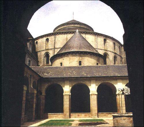 Dans quelle ville de Bretagne verrez-vous la seule église de la région dont le plan s'est inspiré de l'église du Saint-Sépulcre de Jérusalem?