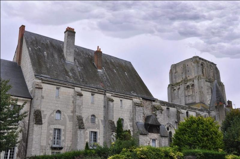Dans quel département devrez-vous vous rendre pour visiter Cormery dont l'ancienne abbaye conserve une tour, le logis du prieur et le logis abbatial et n'oublions pas d'y savourer de délicieux macarons?