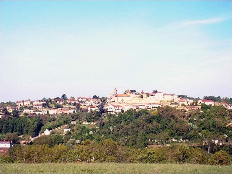 Quel est ce charmant bourg du département de la Dordogne où vous pourrez admirer l'église Notre-Dame-de-l'Assomption, un beffroi, la tour de l'Auditeur et une belle maison néogothique (1882) et bien d'autres merveilles?