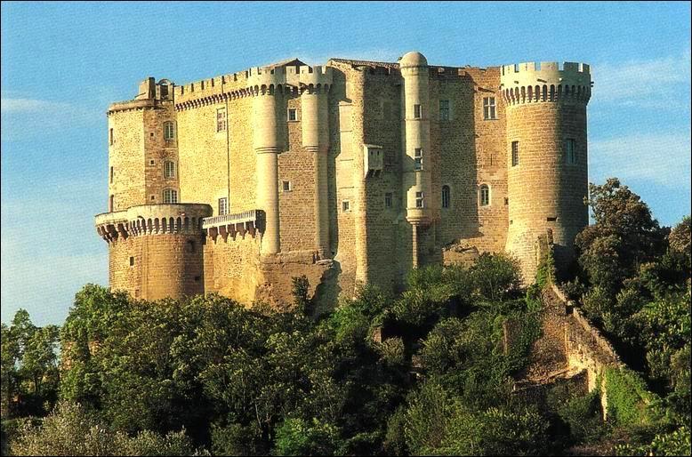 A Suze-la-Rousse dans la Drôme, que pourrez-vous voir au pied du château?