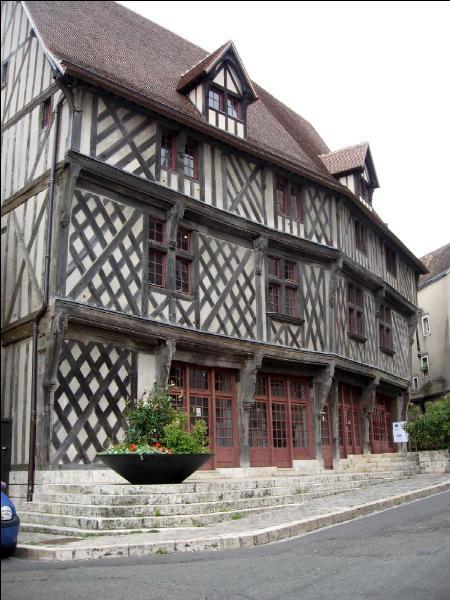 Sous quel nom est connue cette maison ancienne visible lors de votre passage à Chartres?