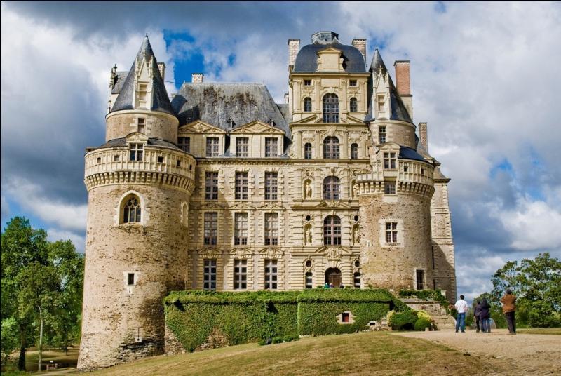 Quel est ce château angevin au coeur du vignoble des coteaux de l'Aubance qui appartient depuis l'origine à la même famille?