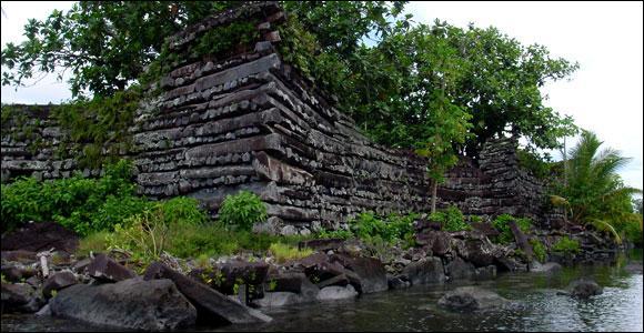 Des blocs de basalte, parfaitement taillés, forment une muraille disposée sur des rondins de bois. Où se trouve cette gigantesque construction de la ville mégalithique nommée Nam-Matal ?