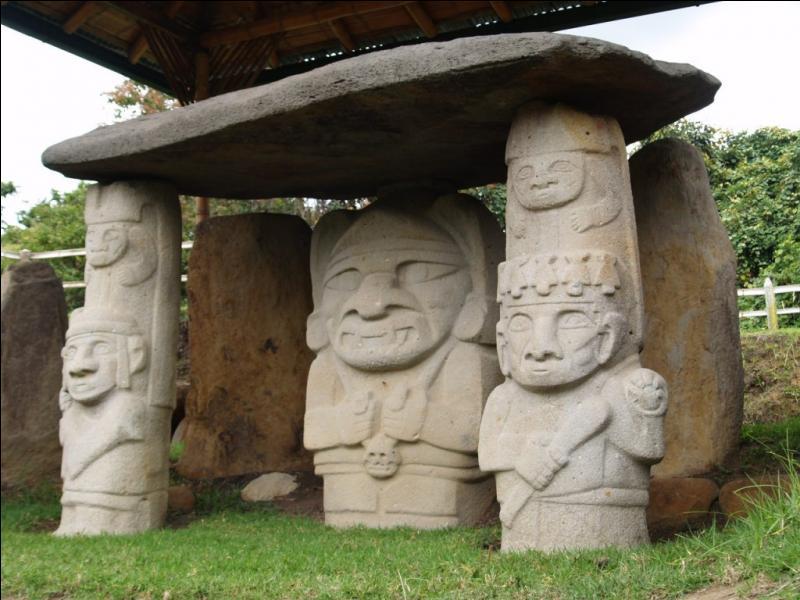 Des dolmens à couloir sont associés à ces statues monolithiques de gardiens de chambres funéraires. Où se trouve le site de San Agustin ?