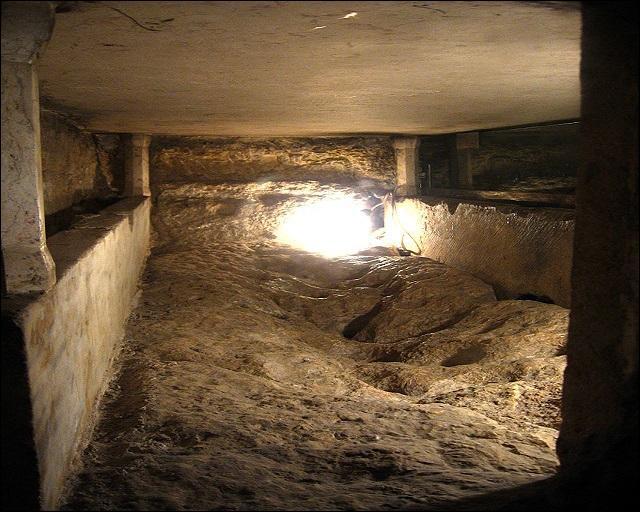 Ce sépulcre se trouve à Gethsémani. À qui était-il destiné selon des traditions éthiopienne et syriaque ?