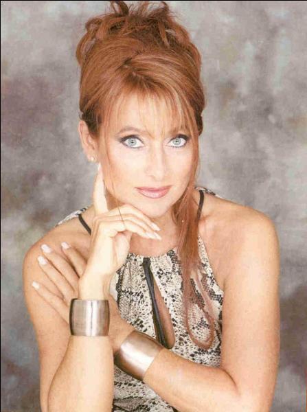 """1986. Julie Pietri chante """"... danse avec la vie, l'écho de ta voix est venu jusqu'à moi"""" !"""