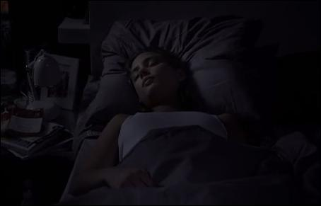 Alex va s'introduire dans la chambre de Sandra Valenti. Que veut-il faire ?