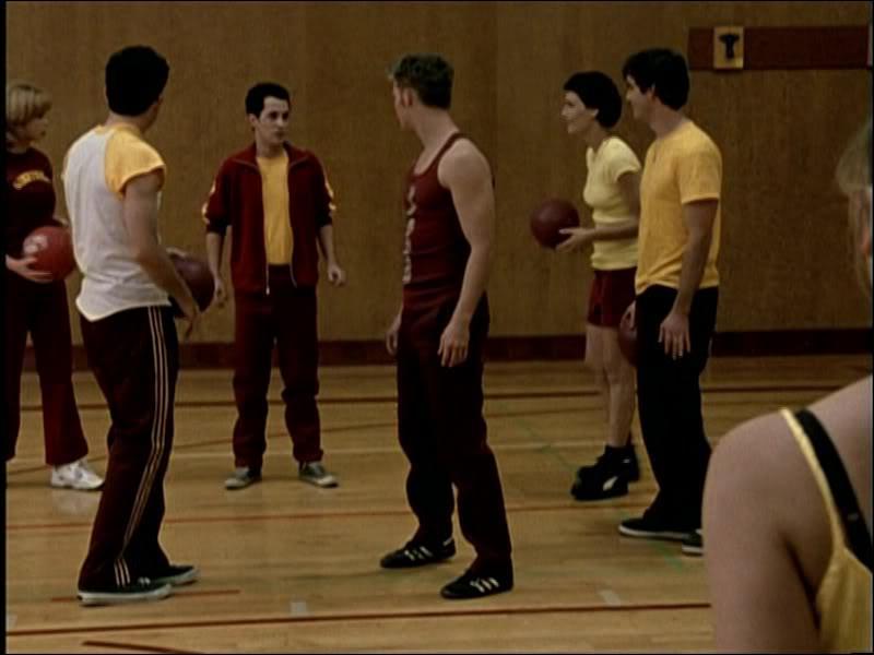 [Les Hyènes] : Pendant le cours de gym, à quoi jouent les élèves ?