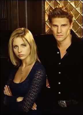 [Bienvenue à Sunnydale 1re et 2e partie] : Quel cadeau Angel fait-il à Buffy lors de leur première rencontre ?