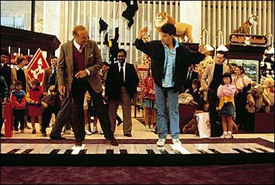 Quel est ce film dans lequel Tom Hanks et Robert Loggia danse et joue sur un piano géant ?