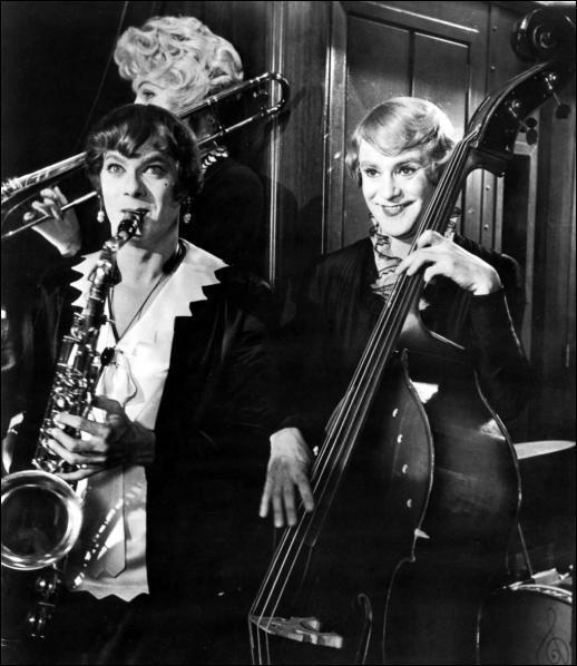 Tony Curtis et Jack Lemmon sont contraints de se camoufler dans un orchestre féminin. Tony joue du saxo, Jack de la contrebasse, mais Marilyn Monroe qui est Sugar, joue elle... ?