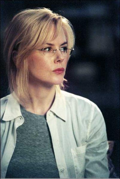Dans ce thriller politique, Nicole Kidman est sud-africaine, et interprète à l'ONU, où elle maîtrise une langue rare de son pays, le Ku. Elle est aussi musicienne, et joue... ?