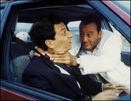 """Pour quelle agence de sûreté de l'Etat français le capitaine Boulier (Jean Reno) travaille-t-il dans """"L'Opération Corned-Beef"""" ?"""