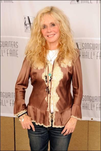 Cette chanteuse à la voix rauque est connue pour son tube planétaire Bette Davis Eyes.