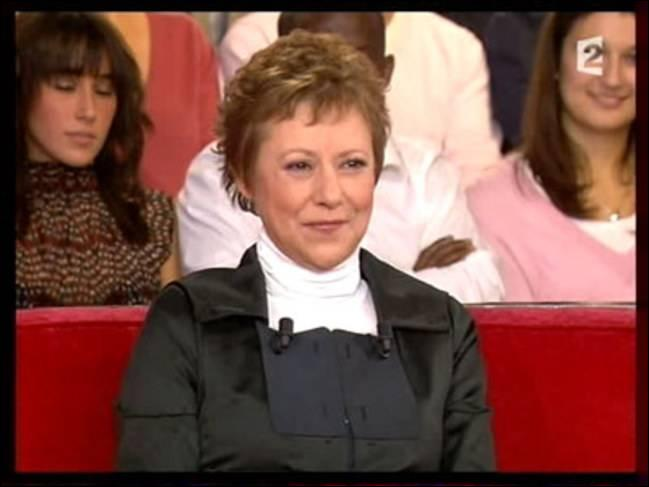 C'est une chanteuse, actrice, productrice et animatrice de télévision française.