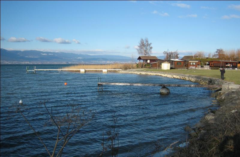 Le plus grand lac entièrement suisse est le lac de Neuchâtel.