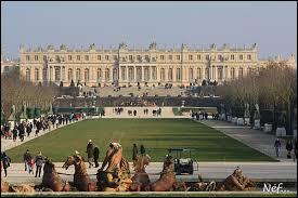 De quand date le début de la construction du Château de Versailles ?