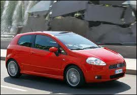 Voici la première phase de la troisième génération de Fiat Punto. Quel nom avait-elle à sa sortie en 2005, et avant le premier restylage de 2008 ?