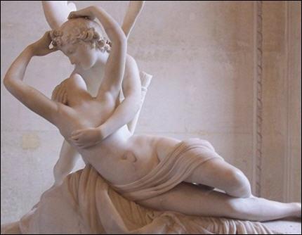 Quelle déesse est 'réveillée par le baiser de l'amour' d'après cette sculpture ?