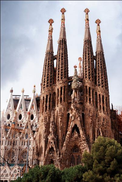 C'est à Barcelone que l'on peut admirer la Sagrada Familia.