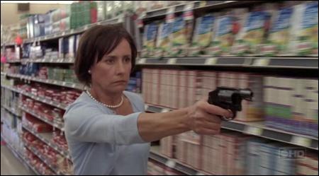 Qui a sauvé Lynette lors d'une prise en otage dans un magasin ?