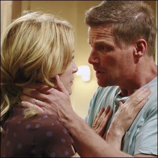 Qui enlève la robe de Lynette ce qui fait croire à Tom que Lynette a trouvé quelqu'un ?