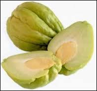 """Voici une chayotte qui est aussi appelée """"christophine"""". Est-ce un fruit ou un légume ?"""
