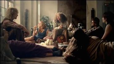Dans une pièce, un groupe de hippies est en pleine discussion sur la menace que représente la société de consommation, et en particulier (horreur et putréfaction) la vente de chaussures en lignes, soudain un livreur débarque, avec devinez quoi, ben oui vous avez tout compris, des chaussures !