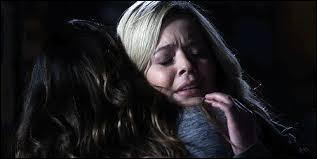 Qui a aidé Emily à rencontrer Alison ? (Saison 4)