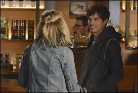 Comment Toby et Spencer qualifient-ils Caleb depuis son retour ? (Saison 5)
