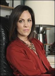 Qui a contacté la psychologue Anne Sullivan pour aider les filles à faire leur deuil ? (Saison 2)