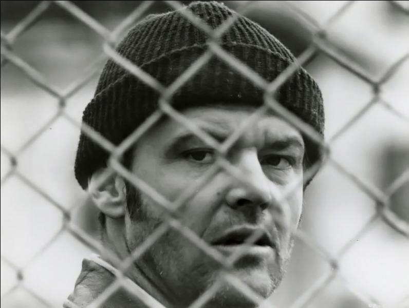 """Dans le film """"Vol au-dessus d'un nid de coucou"""" Mac Murphy (interprété par Jack Nicholson) simule la folie pour être interné. De quoi était-il accusé ?"""