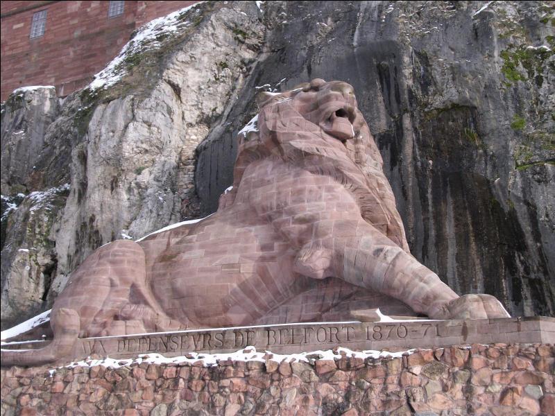 Cette sculpture monumentale d'Auguste Bartholdi, 'Le Lion de Belfort', est située au pied de la falaise de la citadelle.