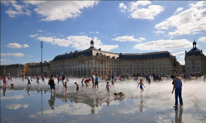 Situé sur les quais de la Garonne, le miroir d'eau de Bordeaux, un parterre de dalles en granit, ressemble à une ardoise sèche mais, humide, il se transforme en miroir reflétant la place de la Bourse.